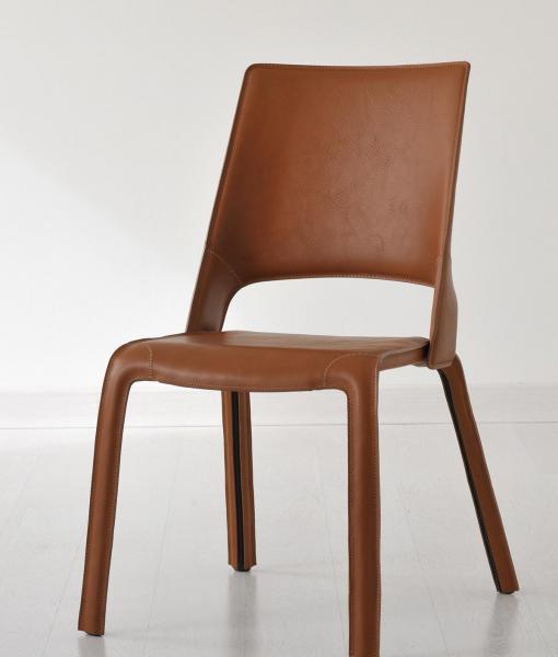 Aria chaise en cuir avec coutures et fermetures éclairs apparentes