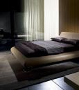 L'eccellente design di Mauro Lipparini declinato in un letto in pelle elegante e lussuoso. Legno di pioppo ed acciaio per la struttura. Vendita online.