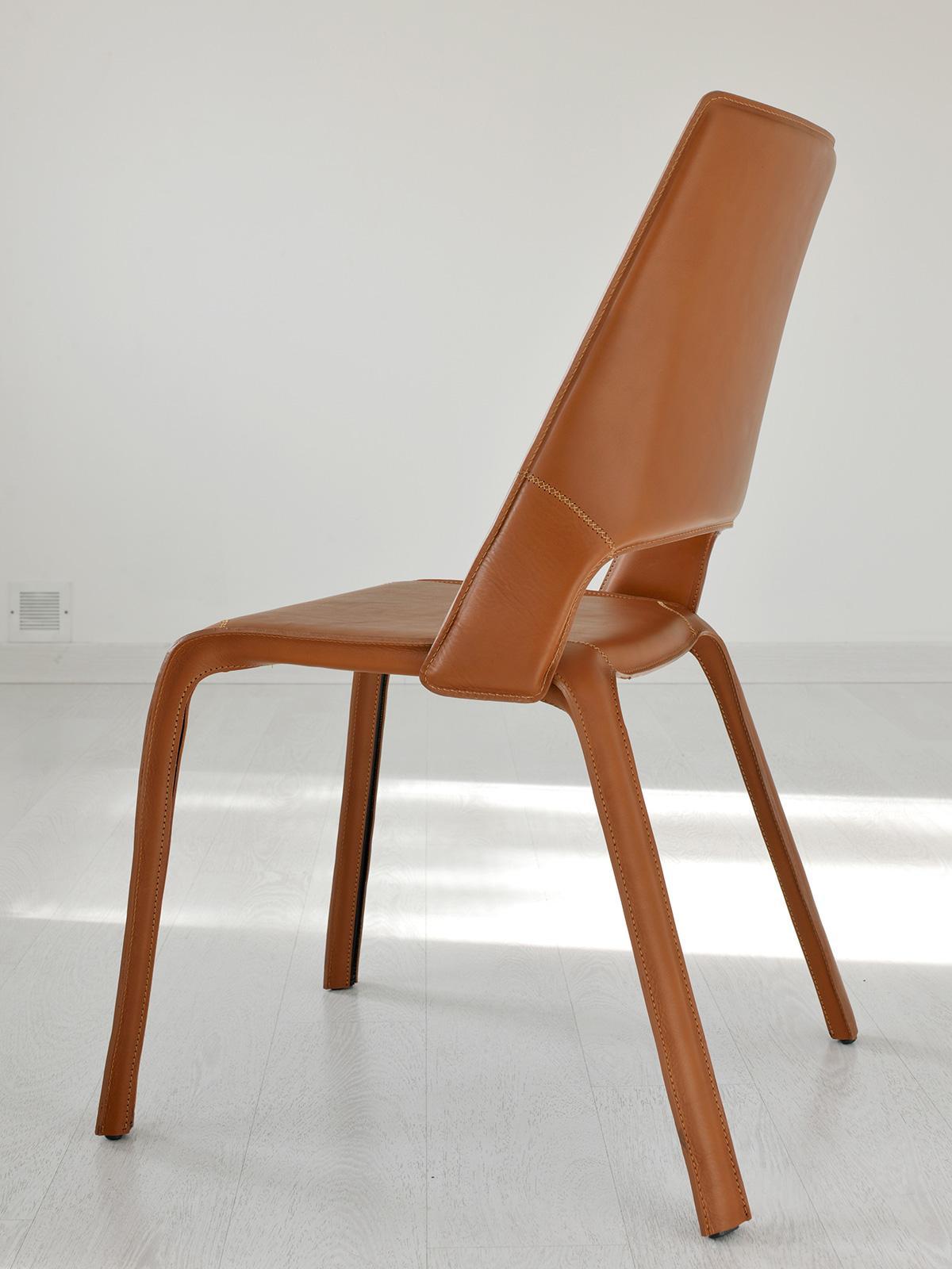 Chaise en cuir avec coutures et fermetures éclairs apparentes. 100% réalisée en Italie. Design de Giorgio del Piero. Nombreuses couleurs disponibles.