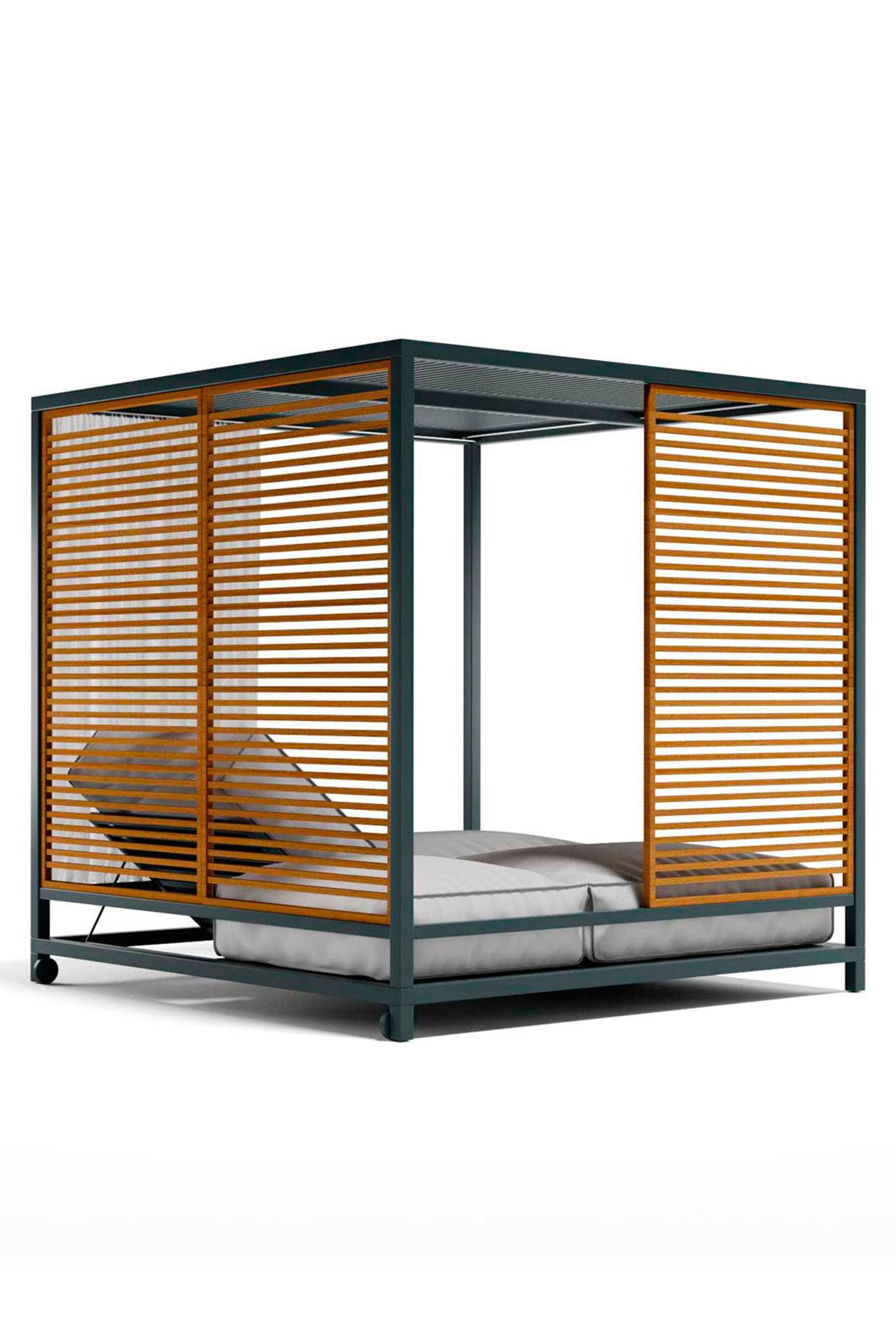 Day bed da esterno in alluminio di grandi dimensioni. 2 materassi reclinabili, soffitto filtrante. Pannelli modulari in teak, tende laterali. Vendita online