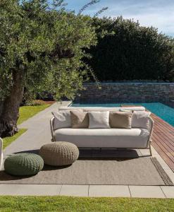 Salotto da esterno di lusso in legno naturale di Accoya e rivestimento beige. Articoli made in Italy per terrazze e giardini con consegna gratuita.