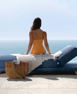 Lettino prendisole, chaise longue da esterno lussuosa. Vendita online di mobili da giardino di qualità per terrazze e spazi esterni con consegna gratuita.