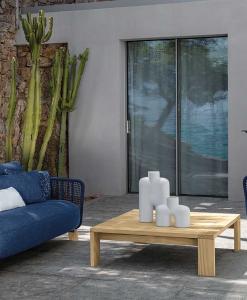 Salotto da esterno design in legno Accoya e rivestimento blu. Divano poltrona tavolino da giardino lussuosi. Vendita online. Consegna a domicilio gratuita.