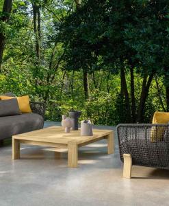 Salotto da esterno design in legno Accoya e rivestimento grigio. Divano poltrona tavolino da giardino lussuosi. Vendita online. Consegna a domicilio gratis.