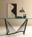 Base grigia, top in vetro trasparente. Andrea Lucatello ha creato un tavolo originale, armonioso ed elegante per le case più raffinate. Consegna gratuita.