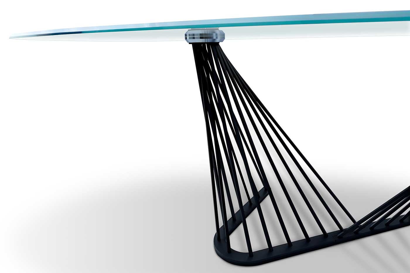 Andrea Lucatello disegna un tavolo a botte con piano in vetro e base dalle armoniose forme di un'arpa. Arreda la tua sala da pranzo con lusso e raffinatezza