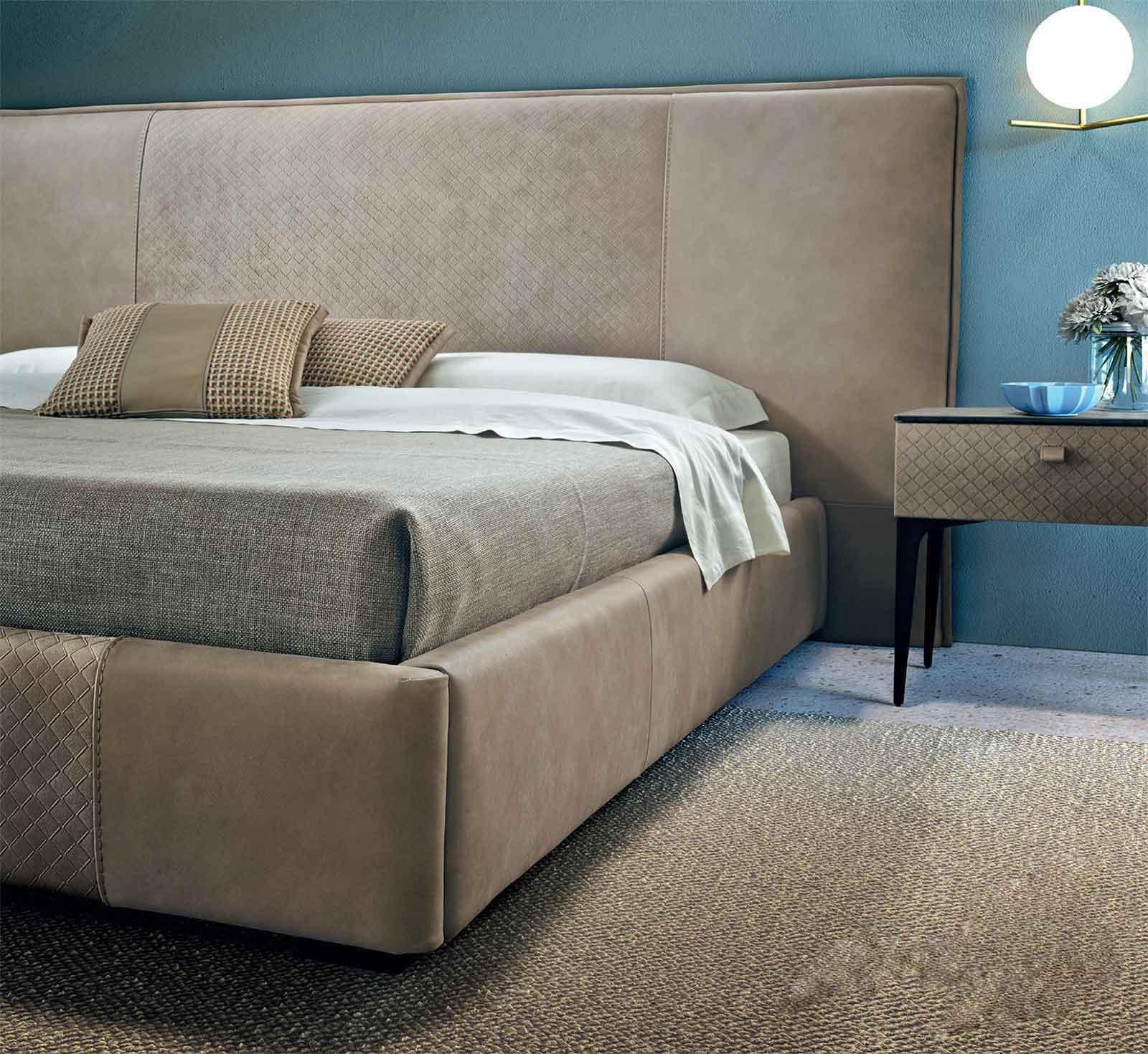 Lit en cuir made in italy, Tête de lit imposante. Vente en ligne d'ameublement haut de gamme artisanal made in italy. Livraison gratuite.