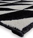 100% polipropilene anallergico. Diverse dimensioni. Motivi geometrici. Un tappeto rettangolare bianco e nero perfetto per esaltare il look del tuo ambiente.