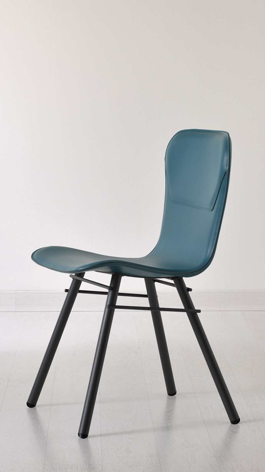 Anthracite grey metal base and leather covered seat available in several colours. Boulevard chair by Studio Memo is perfect at home as well as in your office.