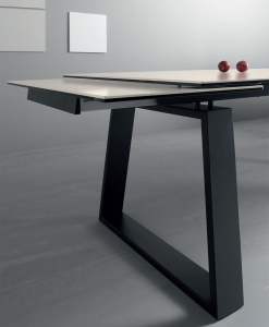 Rectangular top in white ceramic, extensible table between 200 and 300 cm. Black legs. Online shopping and free delivery.