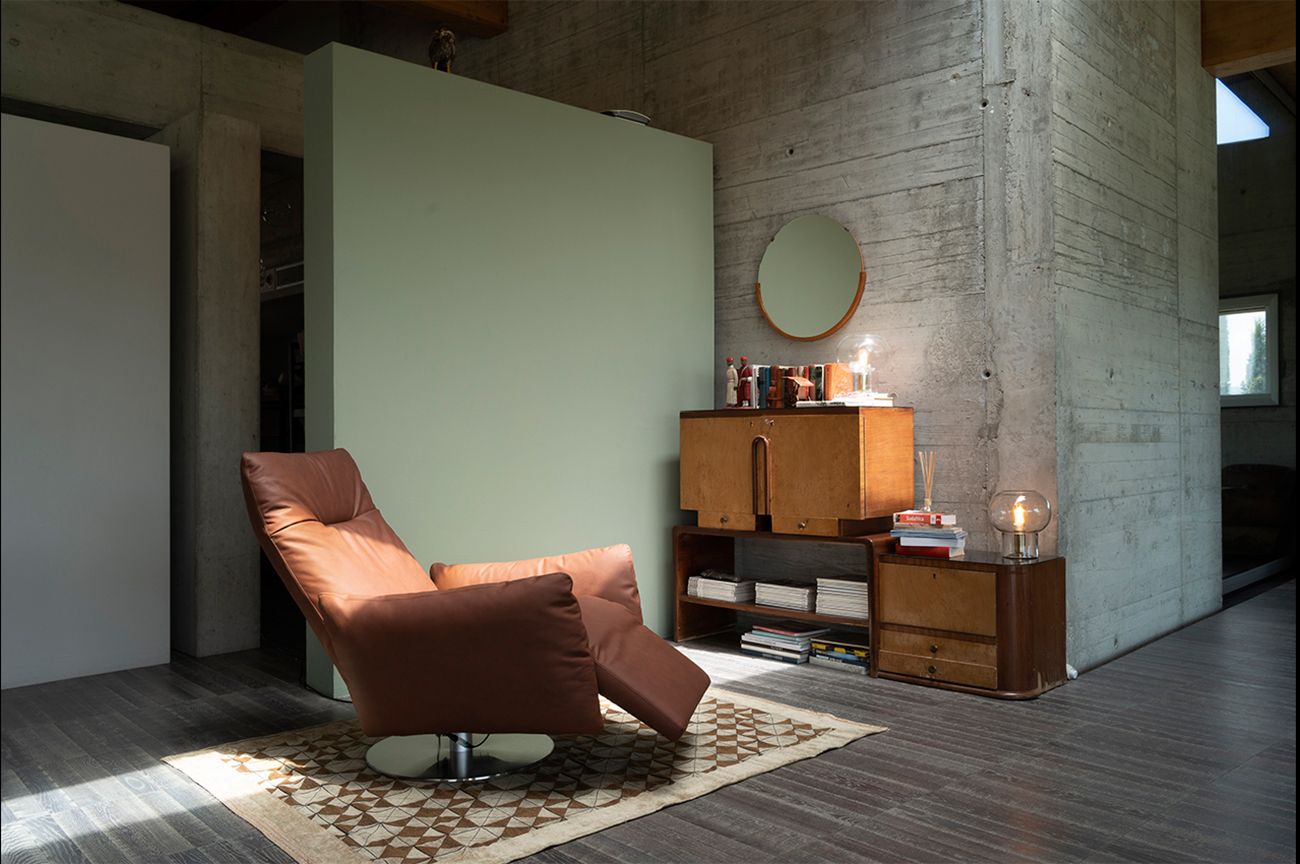 Swivel and motorized relax armchair in leather. Design by Stefano Conficconi. Shop online for the best made in Italy interior's furniture.Free home delivery