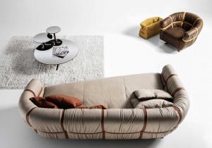 Delle fasce di pelle attraversano il divano asimmetrico per un risultato straordinario ed originale frutto del genio di Giuseppe Viganò. Consegna gratuita.