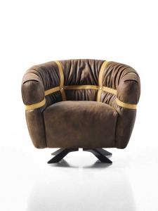 Poltrona in pelle marrone con poggiapiedi abbinato. Design Giuseppe Viganò. Produzione artigianale 100% made in Italy. Vendita online e consegna gratuita.