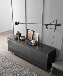 Buffet 3 portes en bois couleur gris et noir. Formes rationnelles, design de Andrea Lucatello. 3 étagères en verre, top en céramique. Livraison à domicile.