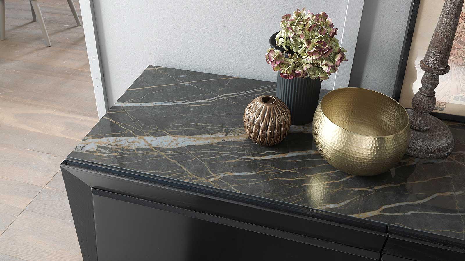 Madia a 3 ante disegnata da Andrea Lucatello. Colore grigio antracite. Top in ceramica nero lucido. Arreda la tua casa in modo lussuoso e moderno.