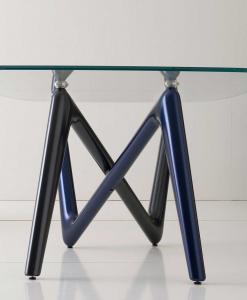 Inedito incrocio di gambe bicolore blu e grigio e piano in vetro extrachiaro cm. 110 x 220 o 120 x 240. Tavolo rettangolare fisso firmato A. Lucatello.