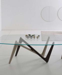 La table rectangulaire Edge a les pieds bicolore bronze et titane et le plan en verre transparent extra clair trempé de dim. cm. 110 x 220 ou 120 x 240.