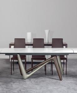Table rectangulaire à rallonges avec plan en céramique et pied bronze titane. Design original signé Andrea Lucatello. Vente en ligne. Fabrication italienne.