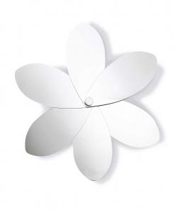 Uno specchio in forma di fiore, con 6 petali mobili. Un complemento d'arredo che cambia forma, originale e ludico. 100% made in Italy. Vendita online.