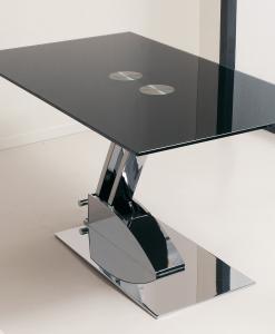 Game è un tavolino trasformabile in tavolo da pranzo grazie ad un braccio in metallo cromato o verniciato. Piano in vetro temperato sabbiato o laccato nero.