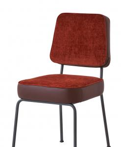 Structure métallique classique et vintage pour une chaise rembourrée de haute qualité. Revêtement en velours et cuir dans de nombreuses couleurs.