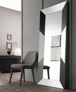 Du génie de Andrea Lucatello, un miroir rectangulaire avec des incrustations en céramique dans son grand cadre. Made in Italy. Livraison à domicile.
