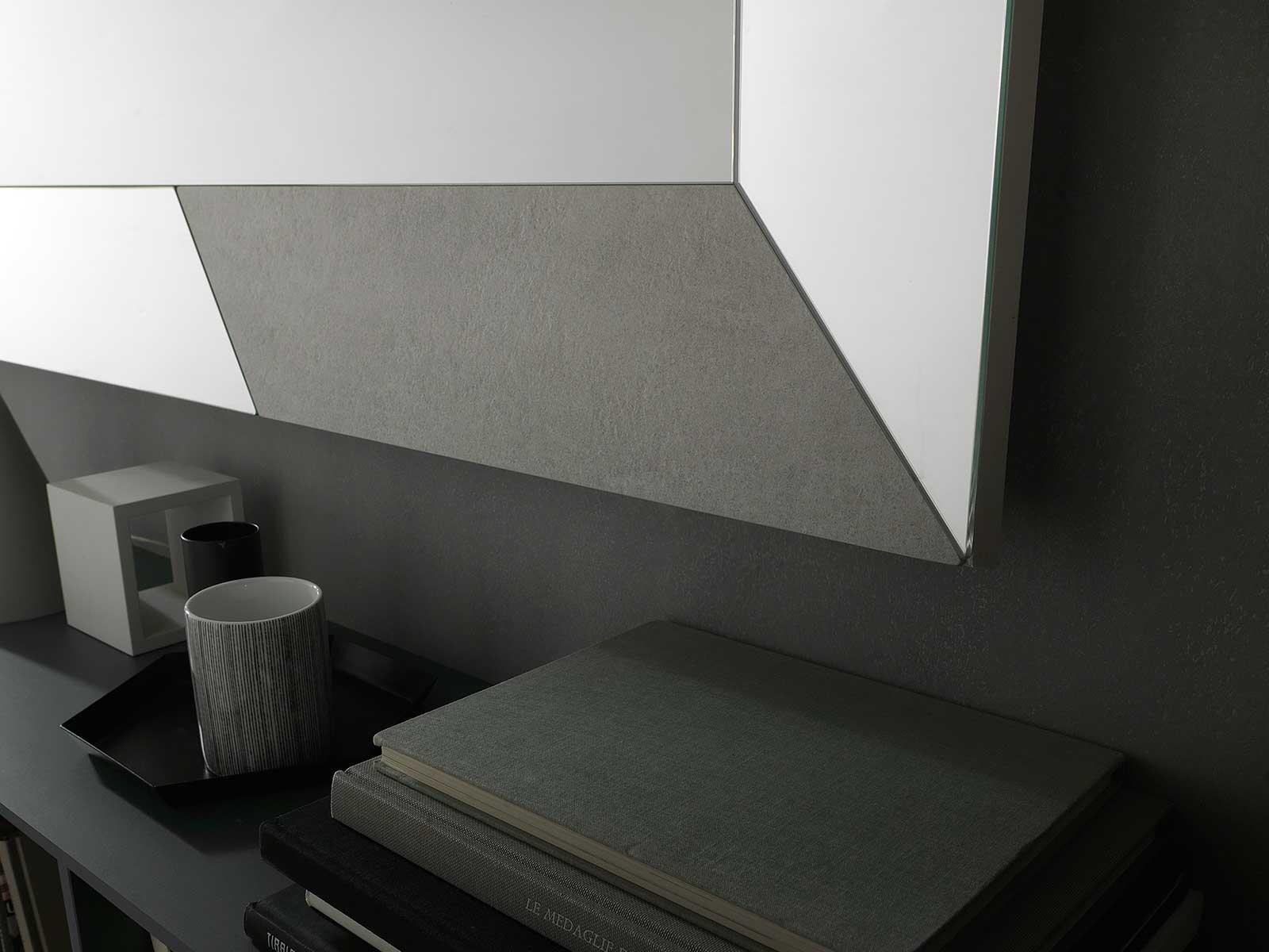 Specchiera rettangolare con ampia cornice ed intarsi in ceramica. Orizzontale o verticale, da appoggio o da parete. Design firmato Andrea Lucatello.