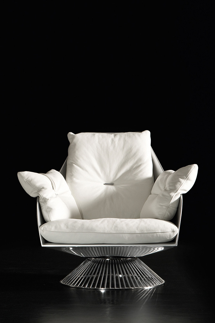 Gloss white swivel armchair by Giuseppe Viganò in hardwood frame and seat and backrest high-quality leather cushions. Free shipping made in Italy furniture.