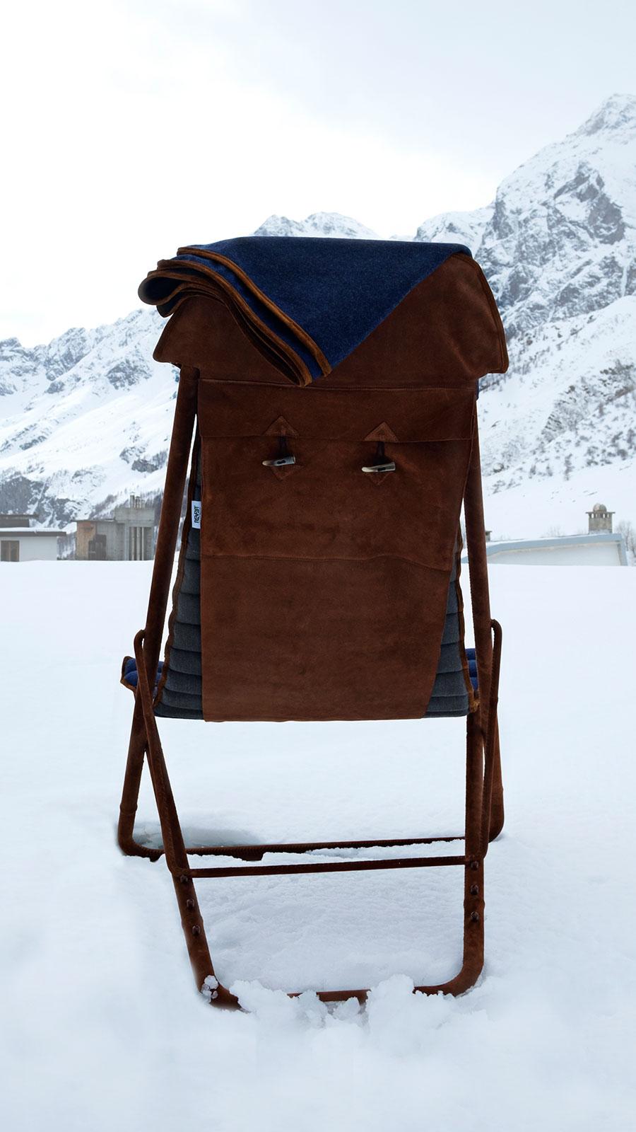 Ideale per un lussuoso chalet di montagna. Sdraio concepita da Umberto Radice con acciaio, pelle scamosciata e cashmere blu. Consegna a domicilio.