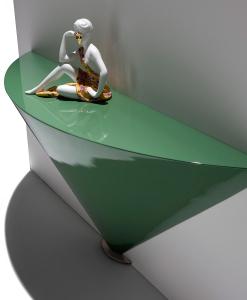 Console design en forme de cone disponible laquée en différente couleurs. Vente en ligne de meubles et compléments made in italy haut de gamme.