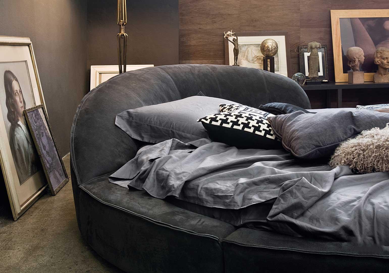 Un lit rond est incontournable pour créer une chambre originale et élégante. Revêtement en cuir de qualité, structure en bois. Vente en ligne, livraison gratuite.