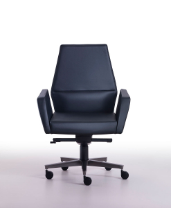 Your prestigious office deserves an original and luxurious conference armchair in black leather. Matteo Nunziati's Kefa is 100% made in Italy. Free delivery