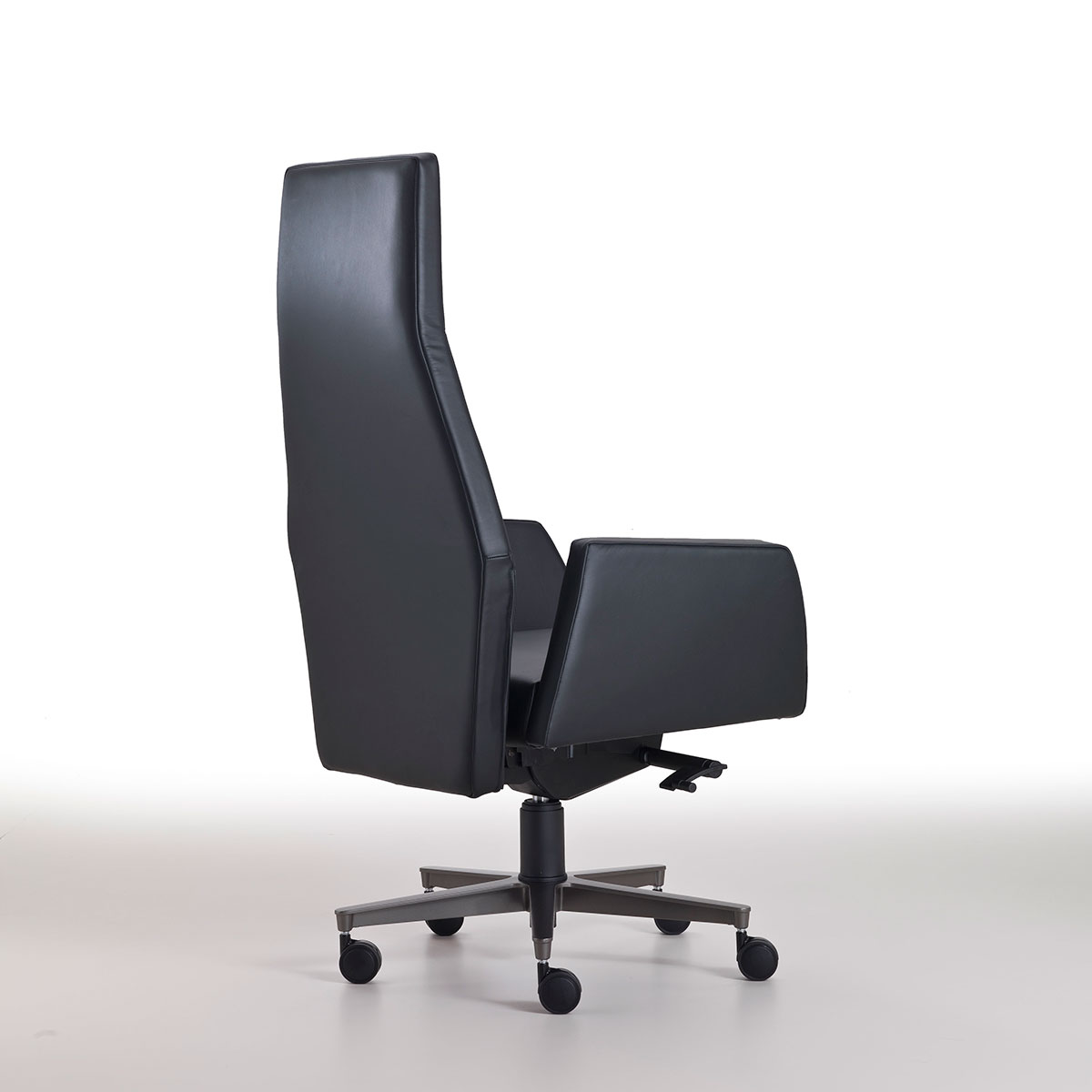 Furnish your prestigious office with a luxurious executive armchair in black leather. Design by Matteo Nunziati. Shop online, free delivery. Made in Italy.