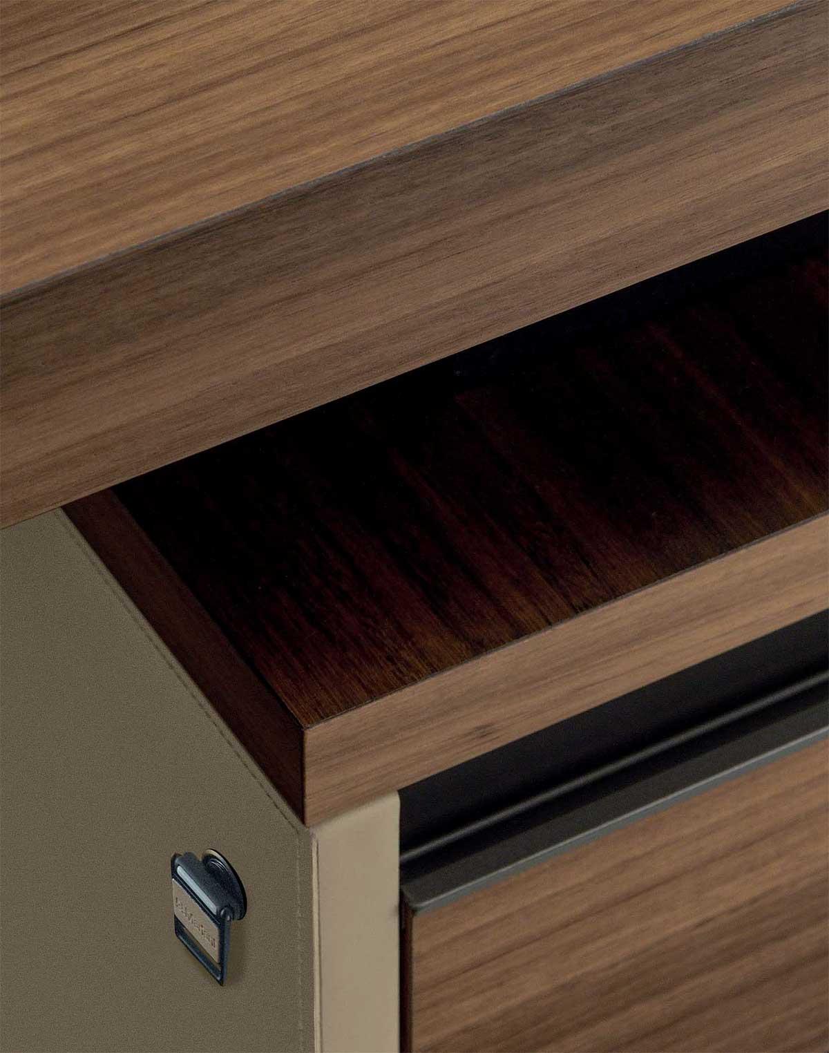 Legno e cuoio, elementi caldi ed eleganti, rifiniscono la scrivania direzionale Kefa di Matteo Nunziati. Arredamento da ufficio lussuoso ed esclusivo.
