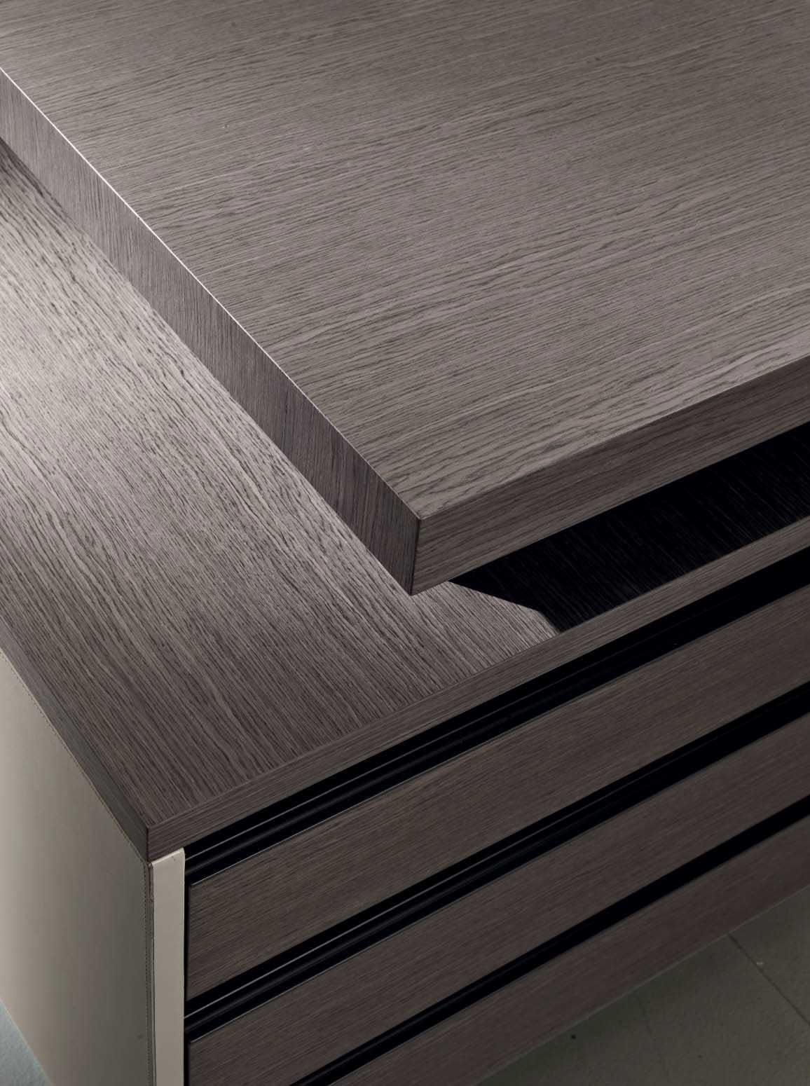 Matteo Nunziati impiega tonalità delicate per la scrivania direzionale in rovere e cuoio beige Kefa. Offriti mobili lussuosi ed eleganti per il tuo ufficio.