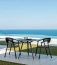 Ken è una sedia da esterno con braccioli con struttura in alluminio seduta in textilene schienale rivestito in corda sintetica. Colori grigio carbone e nero