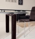 Struttura in metallo cromato, gambe rivestite in vera pelle stampa coccodrillo. Tavolo allungabile rettangolare 160x80. Piano in vetro temperato trasparente