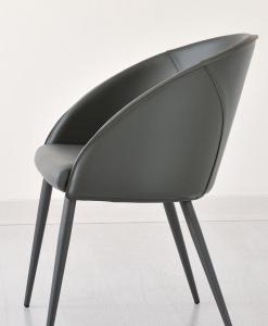Parfait à la maison, dans un bureau, ainsi que pour le secteur contract (hotels, bars, restaurants), ce fauteuil rembourré est entièrement revêtu en cuir.