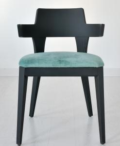Chaise rembourrée réalisée 100% en Italie. Structure en bois laqué noir. Assise revêtue de velour ou de cuir souple. Achat en ligne et livraison à domicile.