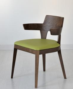Chaise rembourrée réalisée 100% en Italie. Structure en bois laqué noyer. Assise revêtue de velour ou de cuir souple. Achat en ligne et livraison à domicile