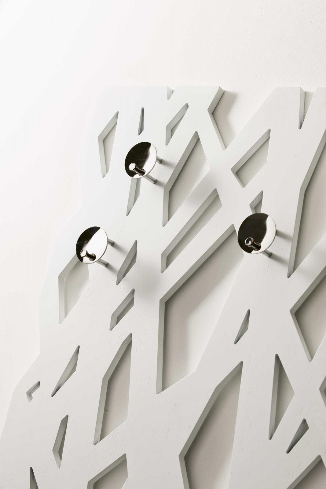 TREE è un elemento d'ingresso tinto noce o bianco. Vendita online di appendiabiti originali e design made in Italy. Mobile da ingresso in legno.