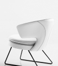 Larissa small armchair in white leather has a metal sledge base and can be shipped for free. Ideal for use at home or in a luxurious office. Online shopping