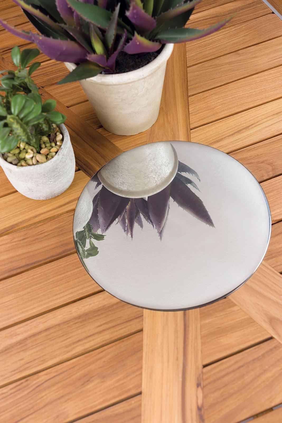 Tavolo da esterno rettangolare con piano in teak Indonesiano. Decoro in acciaio satinato. Tavolo da pranzo per il giardino di alta qualità. Vendità online.