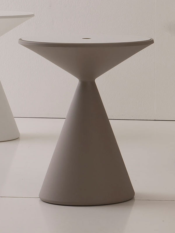Andrea Lucatello crea Lucy, un tavolino rotondo in poliuretano con compartimento porta oggetti, esiste in 6 colori. Vendita on line e consegna a domicilio.