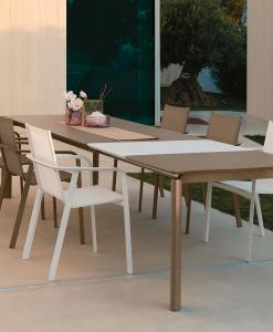 Tavolo allungabile. Alluminio e piano in vetro. Bianco, tortora o grigio grafite. Design Marco Acerbis. Cm 200/260 x 95. Made in Italy. Consegna gratuita.