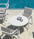 La table de jardin ronde Margot est solide et compacte. Cm. 90 et 2 coloris: blanc ou gris graphite. Structure et plateau en aluminium. Vente en ligne.