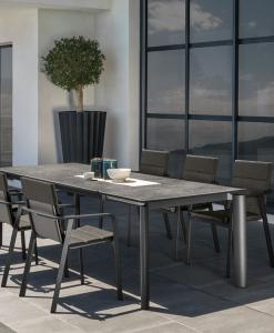 Tavolo rettangolare allungabile cm. 200 - 260 in alluminio e ceramica. Design Marco Acerbis. Arredamento per ville, giardini, terrazze, ristoranti lussuosi.
