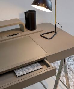 Materiali di eccezione: legno, metallo cromato, pelle e vetro, per un risultato lussuoso. Utilizzabile come scrittoio o come mobile da trucco da toeletta.
