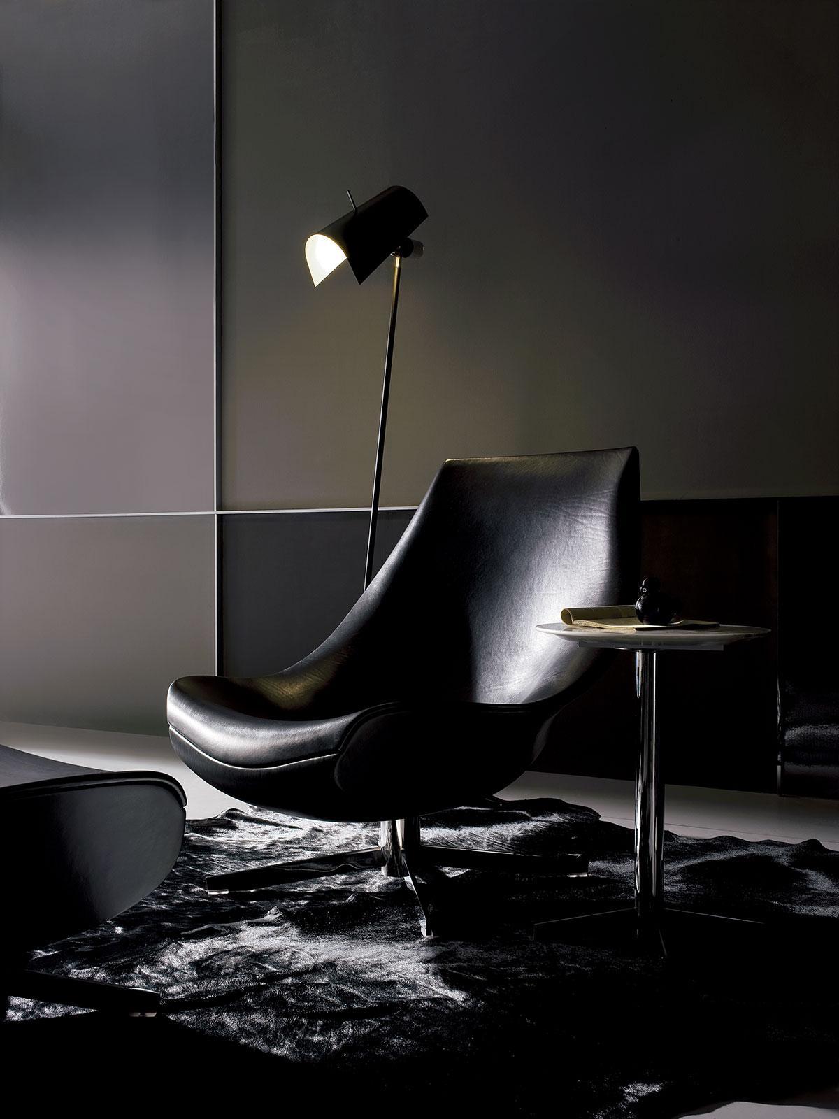 Poltrona girevole in cuoio. Basamento in metallo cromato. Design Mauro Lipparini. Molti colori di pelle disponibilil. Consegna a domicilio gratuita.
