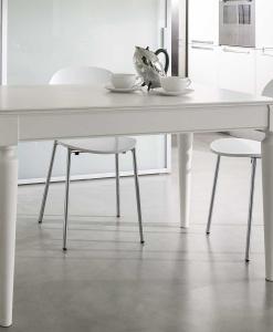 Gambe tornite, sistema di allunghe brevettato. Tavolo rettangolare trasformabile bianco, si allunga sia in larghezza che in profondità. Consegna gratuita.